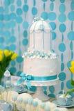 Gâteau de mariage de deux histoires Photos libres de droits