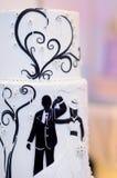 Gâteau de mariage de jeunes mariés Photographie stock