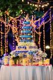 Gâteau de mariage doux fait avec le bokeh Photographie stock libre de droits
