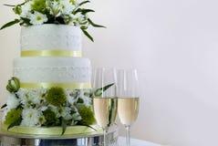Gâteau de mariage et champagne Photos libres de droits