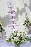 Gâteau de mariage et fleurs blanches Photos stock