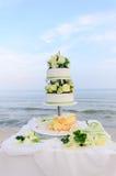 Gâteau de mariage et la mer Images stock