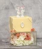 Gâteau de mariage exquis de chocolat sur la boîte en verre décorée des roses photographie stock