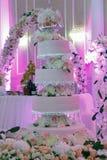 Gâteau de mariage floral blanc sur le fond d'intérieur de restaurant Image stock