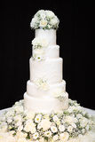 Gâteau de mariage grand blanc avec des fleurs Photos stock
