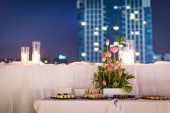 Gâteau de mariage la nuit Photo stock