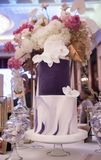 Gâteau de mariage de luxe Photographie stock libre de droits