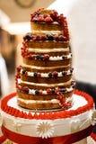 Gâteau de mariage de niveau multi avec des baies Image stock