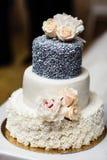 Gâteau de mariage de niveau multi avec des fleurs Photographie stock