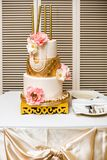 Gâteau de mariage de niveau multi avec des fleurs et des étincelles Images libres de droits