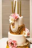 Gâteau de mariage de niveau multi avec des fleurs et des étincelles Photos stock