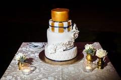 Gâteau de mariage de niveau multi avec avec les fleurs blanches Images stock