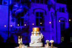 Gâteau de mariage de niveau multi avec les fleurs blanches Image stock