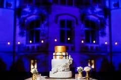 Gâteau de mariage de niveau multi avec les fleurs blanches Photographie stock
