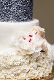Gâteau de mariage de niveau multi avec les fleurs roses Photo libre de droits