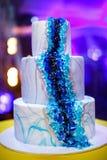 Gâteau de mariage de niveau multi sur la table Photos stock