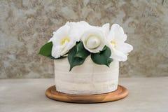 Gâteau de mariage nu avec des camélias Photo stock