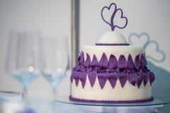Gâteau de mariage pourpré Photographie stock libre de droits