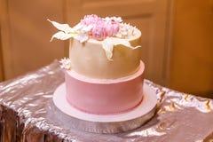 Gâteau de mariage rose doux images libres de droits