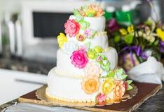 Gâteau de mariage rose et blanc avec des roses Images stock