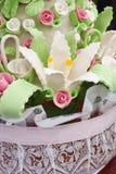 Gâteau de mariage rose, vert et blanc photographie stock libre de droits