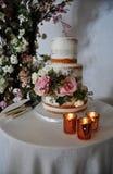 Gâteau de mariage rustique et bougies d'or photos stock