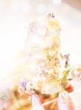 Gâteau de mariage sur le fond mou de fleur Photo libre de droits