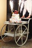 Gâteau de mariage sur un fauteuil roulant Image libre de droits