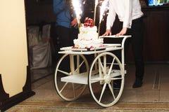 Gâteau de mariage sur un fauteuil roulant Photo stock