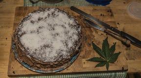 Gâteau de marijuana de chocolat avec du beurre de marijuana Photo libre de droits