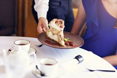 Gâteau de merigue de portion de serveur Image stock