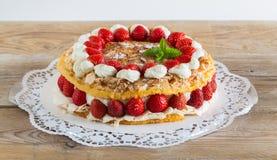 Gâteau de meringue avec du yaourt de fraise sur le bois rustique Images libres de droits