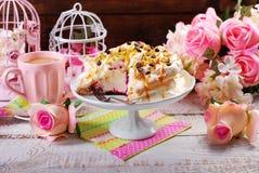 Gâteau de meringue avec le maracuja et le caramel frais Photographie stock