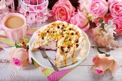 Gâteau de meringue avec le maracuja et le caramel frais Photos libres de droits