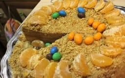 Gâteau de miel découpé en tranches Photos libres de droits
