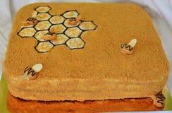 Gâteau de miel découpé en tranches Images libres de droits