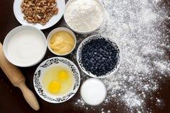 Gâteau de miel de cuisson dans la cuisine à la maison Photos libres de droits