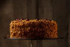 Gâteau de miel fait maison avec des écrous et des épices Image libre de droits