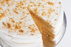 Gâteau de miel traditionnel sur une table blanche Photo stock