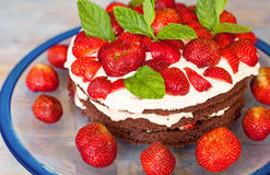 Gâteau de milieu de l'été de Traditionel en la Suède, la fraise et la crème. Photos stock