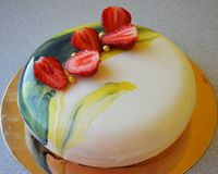 Gâteau de mousse avec le lustre bleu de miroir images stock