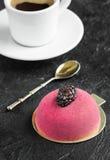 Gâteau de mousse avec le massepain et la cuillère de vintage pour le petit déjeuner Photo libre de droits