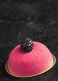 Gâteau de mousse avec le massepain et la cuillère de vintage pour le petit déjeuner Photographie stock libre de droits