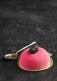 Gâteau de mousse avec le massepain et la cuillère de vintage pour le petit déjeuner sur le C.A. Images libres de droits