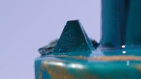 Gâteau de mousse décoré dans le style marin couvert de lustre bleu de miroir et de coquillages blancs de chocolat Français europé photographie stock