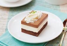 Gâteau de mousse de chocolat trois d'un plat blanc Images stock