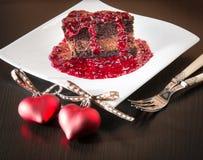 Gâteau de mousse de ganache de chocolat avec de la sauce à framboise Photo libre de droits
