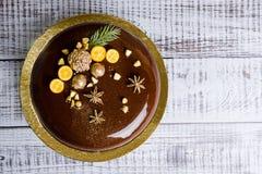 Gâteau de mousse de Noël de lustre de miroir avec l'anis et le kumquat Photo libre de droits