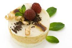 Gâteau de mousse de poire sur le blanc Images libres de droits