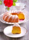 Gâteau de mousseline de soie de citron avec du sucre glace sur le dessus Images libres de droits
